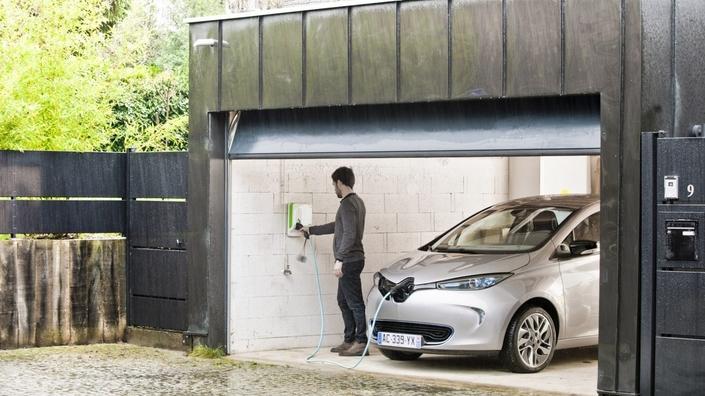 La Renault Zoé est la voiture électrique la plus vendue en France: 776 unités en novembre, soit 46% d'un marché des voitures particulières électriques qui s'établit à 1673 unités. Chez les hybrides rechargeables, c'est la Mercedes GLC qui mène la danse.
