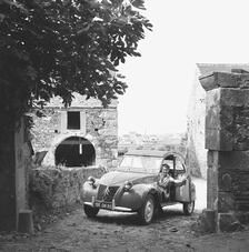 Une 2 CV de première génération, à capot ondulé, et portières papillon (1948-1960).