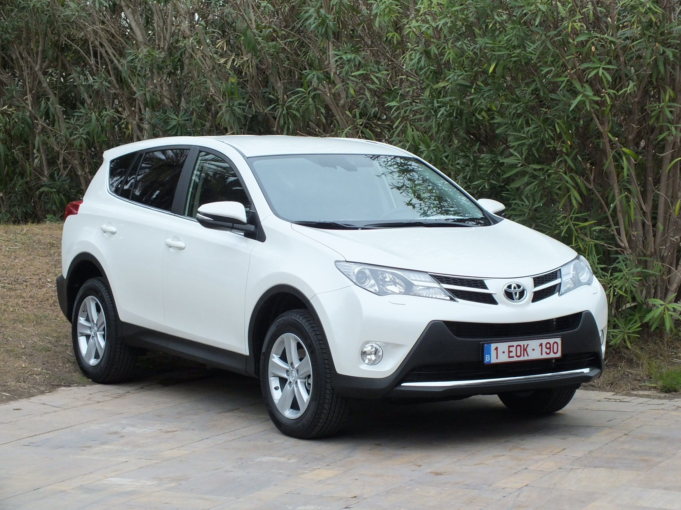 essai vid o toyota rav4 nouveau roi des suv. Black Bedroom Furniture Sets. Home Design Ideas