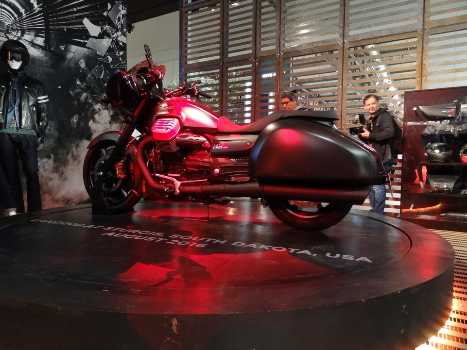 En direct du salon de Milan 2015 : Moto Guzzi MGX-21 Flying Fortress