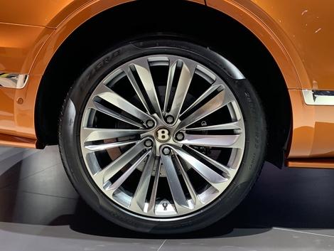 Bentley propose en option des freins céramique. Sur un tel modèle, ils auraient pu être en série!