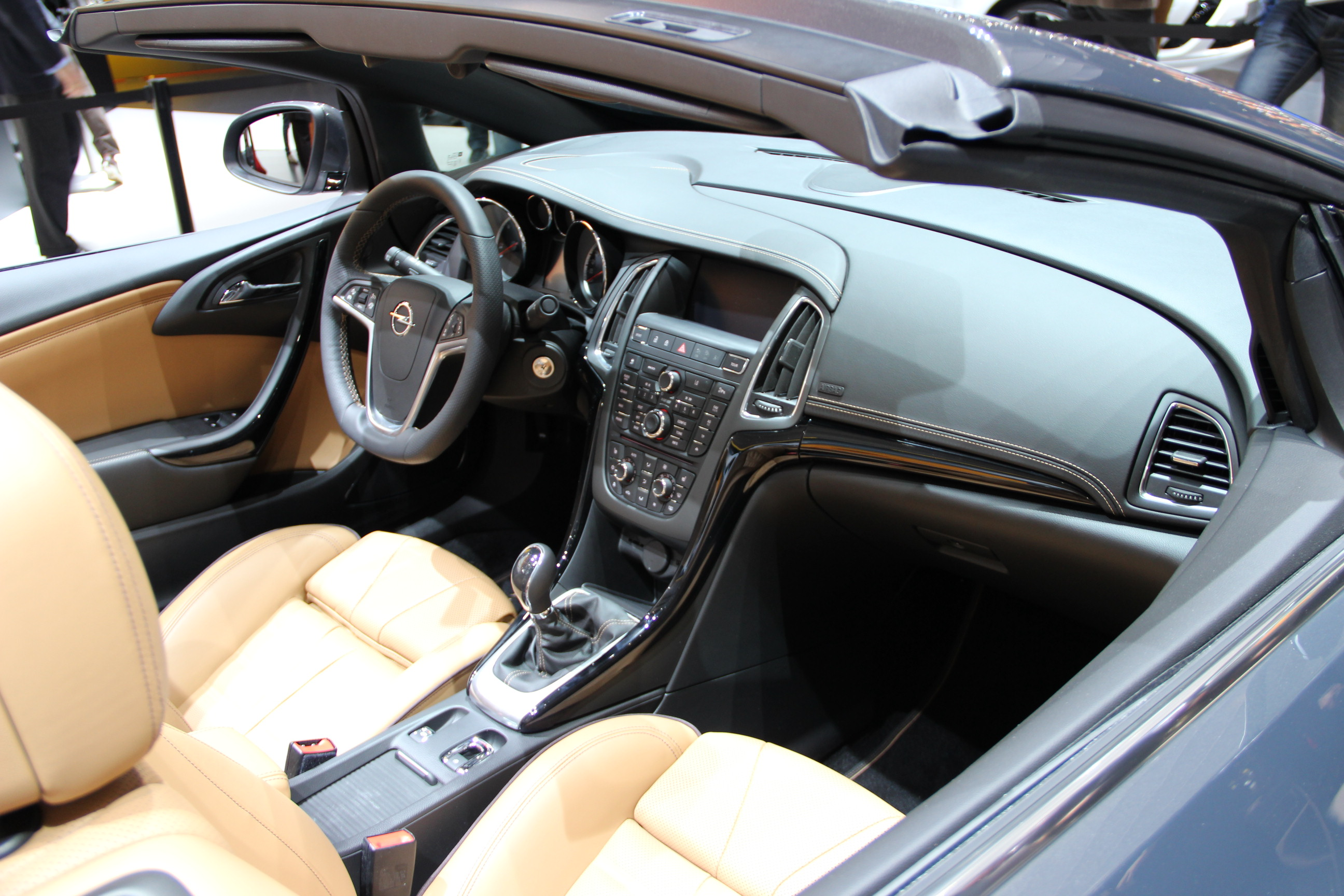 http://images.caradisiac.com/images/4/8/8/0/84880/S0-En-direct-de-Geneve-2013-Opel-Cascada-jolie-287009.jpg