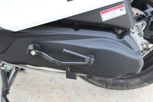 Toujours équipé d'un kick de secours en cas de batterie défaillante, le moteur revendique un gain de puissance de 2 chevaux par rapport à l'Aroma. Il développe désormais 9 chevaux.