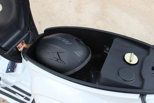 Le coffre sous la selle peut avaler un casque jet à écran ou un petit intégral.