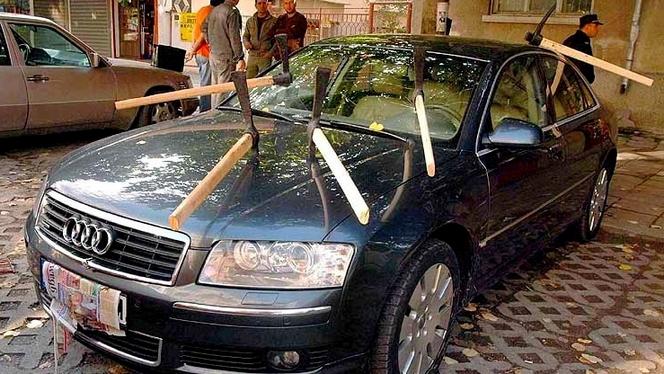Elle veut détruire la voiture d'une rivale par jalousie, mais se trompe !