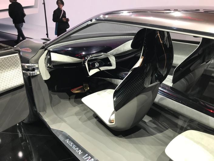 Le tableau de bord intègre un écran de 840 mm, lequel affiche toutes les informations relatives au fonctionnement de la voiture.