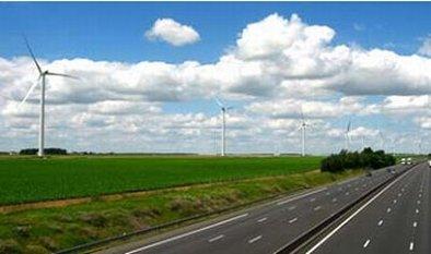 Des éoliennes le long d'une autoroute française !