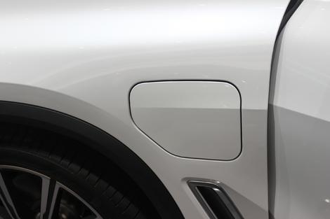 La trappe de recharge sur l'aile avant gauche est la seule différence stylistique avec un X5 classique.