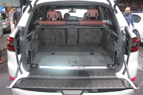 Le volume de coffre, malgré la batterie supplémentaire, et la perte de 150 litres, reste suffisant pour une famille, avec 500 litres.
