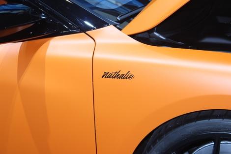 Le nom de la voiture. Je trouve cela assez romantique, ou au choix un bel hommage d'un père à sa fille.