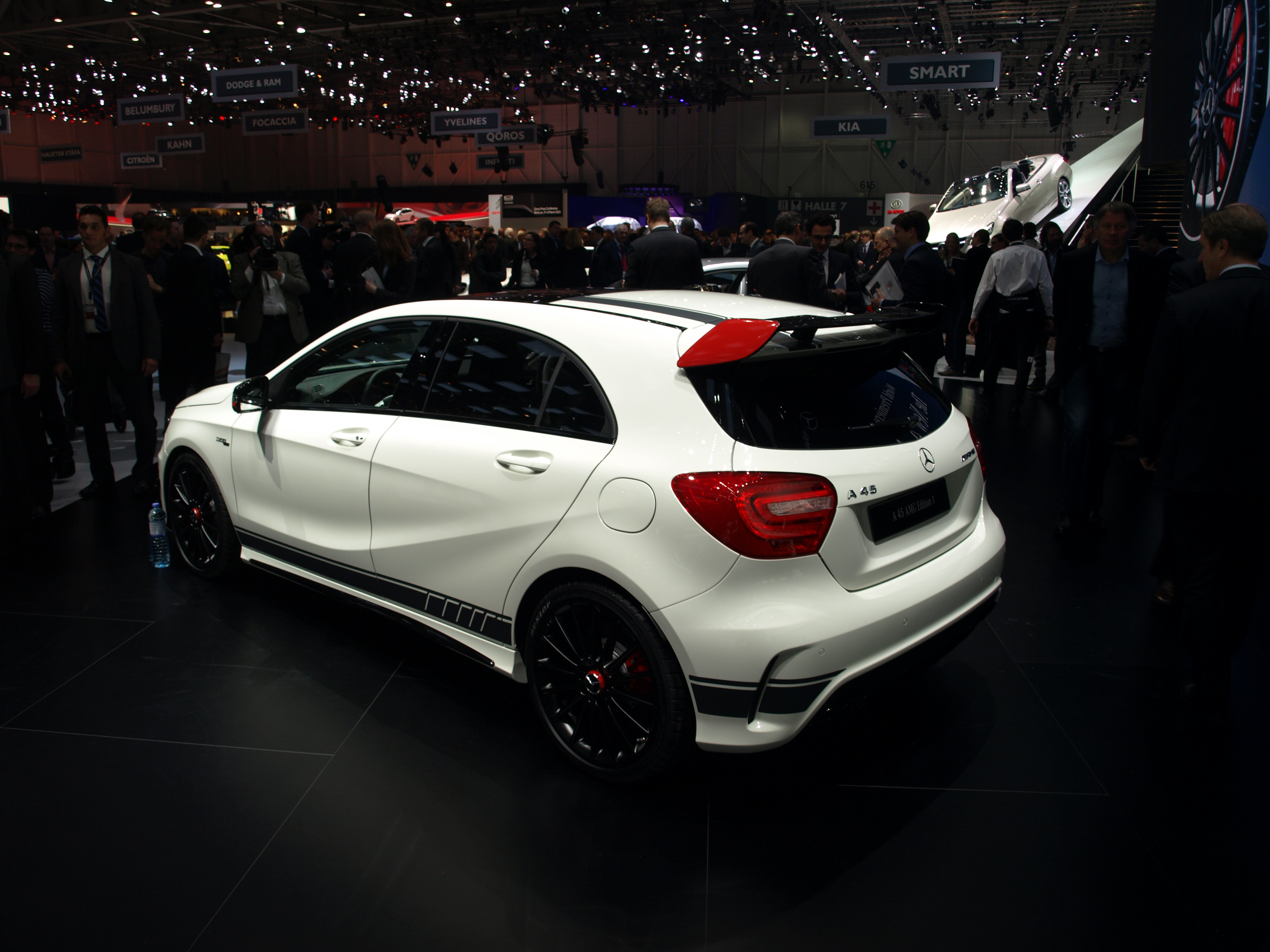 vid o en direct du salon de gen ve 2013 mercedes classe a45 amg la djeun 39 s attitude. Black Bedroom Furniture Sets. Home Design Ideas