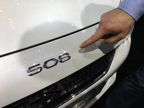Le monogramme 508 apposé sur le bout du capot de la nouvelle 508. Un clin d'oeil appuyé aux anciennes production de la marque.
