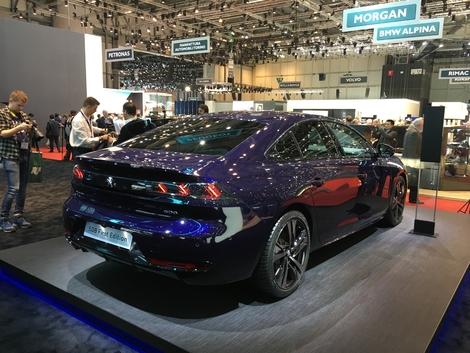 De 3/4 arrière, on comprends bien que l'on est passé d'une berline 3 volumes un coupé 5 portes. La ligne de toit est fuyante. Comme sur Audi A5 Sportback !