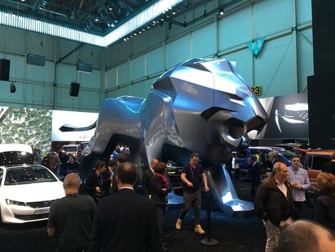 Il ne sert à rien, concrètement. Mais au milieu du stand Peugeot trône un lion monumental. Presque 5 m de haut et 12 de long. Peugeot cherche à attirer l'attention, c'est réussi, aussi bien avec cette sculpture qu'avec sa 508.