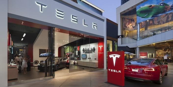 Tesla revient sur sa décision de vendre ses modèles en ligne, mais ils seront plus chers