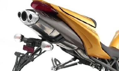 Une bavette pas trop moche et un pot à trois sorties qui rappelle l'équipement du moteur.