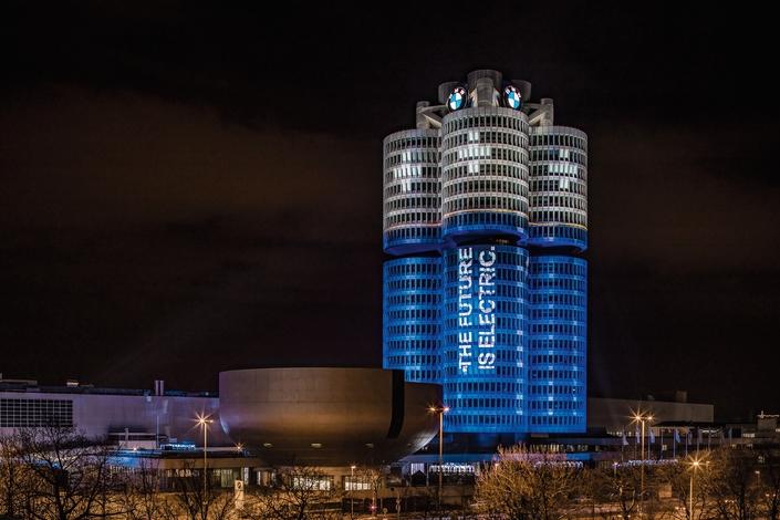Hier mardi, de 20 heures à minuit, un éclairage spécifique a donné au siège munichois de BMW la forme de quatre batteries en charge. Une installation éphémère pour fêter des succès électriques que la marque espère durables.