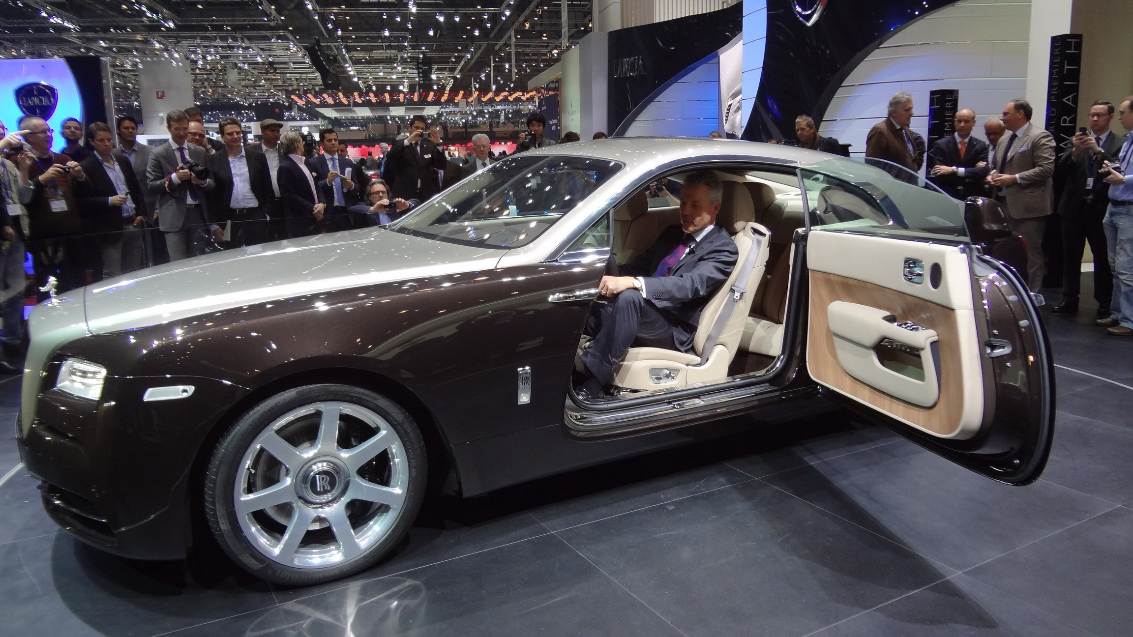 vid o en direct du salon de gen ve 2013 rolls royce wraith un nom mais pas que. Black Bedroom Furniture Sets. Home Design Ideas