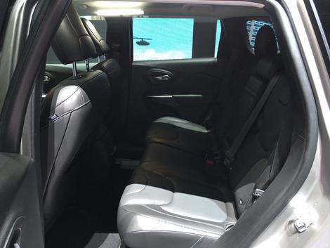 L'habitabilité arrière est très moyenne. Banquette avancée au maximum, on est coincé contre les sièges avant. Mais au moins la modularité est présente.