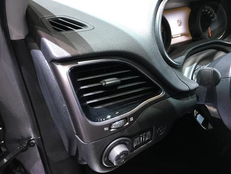 Dans l'habitacle, les modifications sont minimes. Nouveaux enjoliveurs d'aérateurs et nouvelles touches sur le volant, et c'est tout...