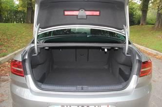 La malle est de grande contenance. Le volume atteint les 586 litres, ce qui est au top de la catégorie.