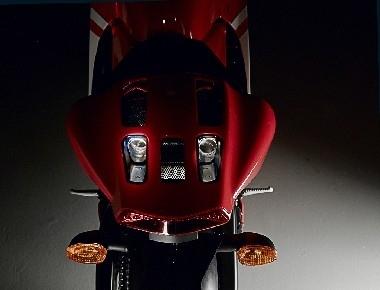 Un 4 en 2 en 1 qui ressort dans le dosseret de selle. Pas de passagère possible mais on en a jamais vu en moto GP.