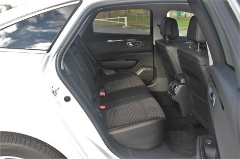 L'habitabilité arrière de la berline Renault est remarquable. On a beaucoup de place pour les jambes et pour la tête.