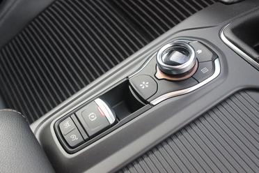 La finition Intens est complète niveau équipement de confort et aides à la conduite. Mais on déplore quelques mesquineries comme l'absce de caméra de recul ou de sièges à réglages électriques.