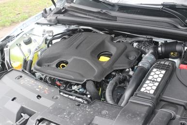 Le nouveau 1.7 Blue dCi développe 150 ch et 340 Nm de couple, un peu en rerait de l'ancien 1.6 dCi 160. Il faut dire qu'il perd un turbo sur les deux au passage.