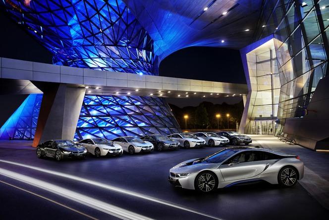 Les huit premiers clients de la BMW i8 ont été livrés