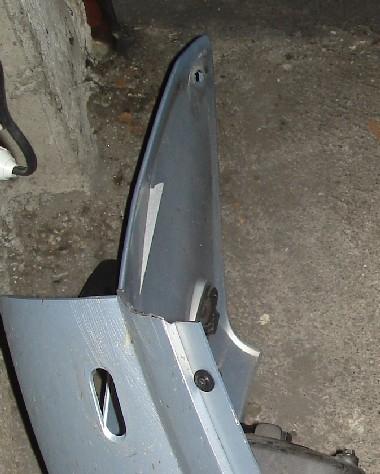 Un bout de carénage est cassé (en haut à gauche)