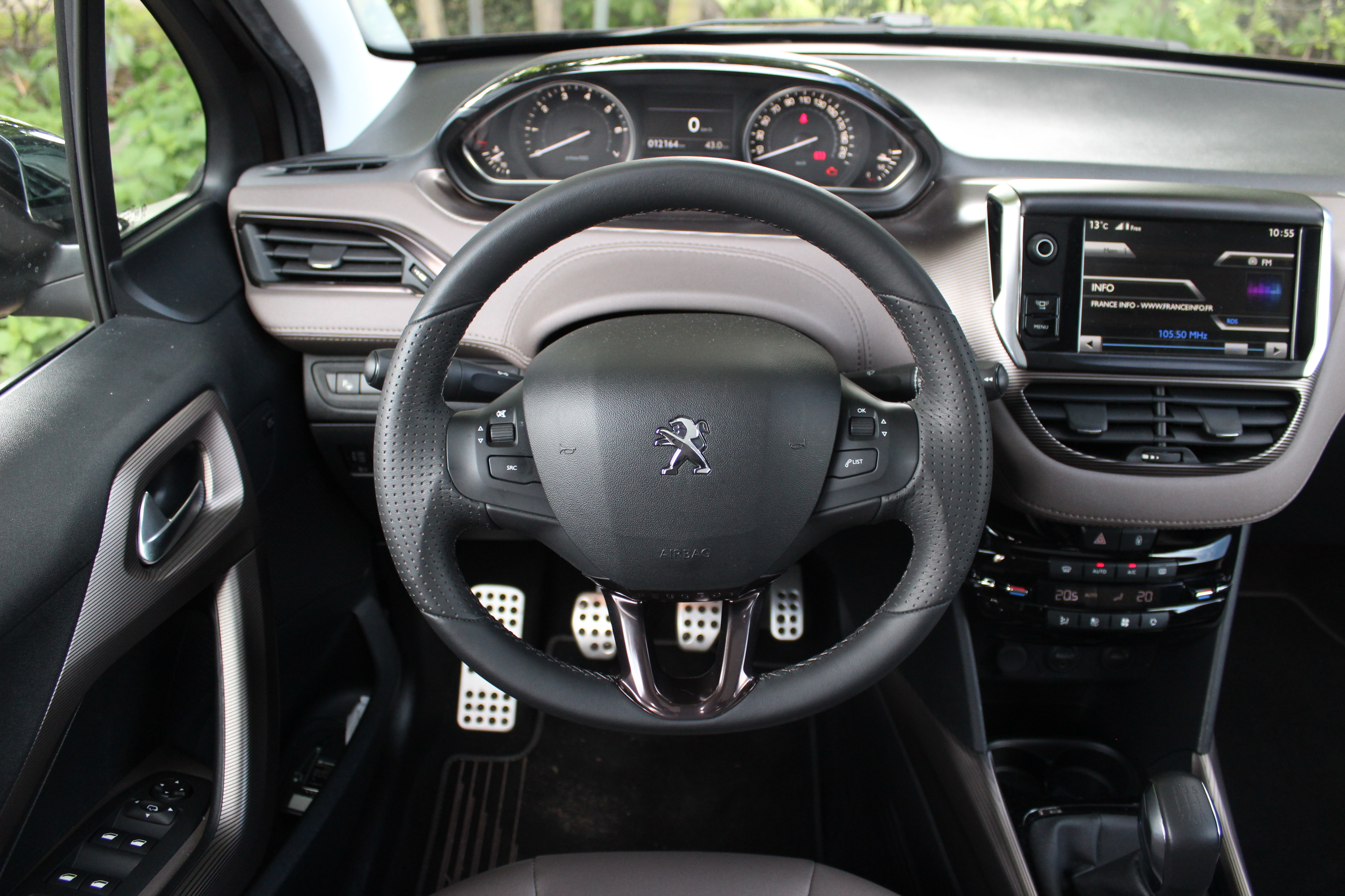 A l 39 int rieur de la peugeot 2008 for Interieur 3008 allure