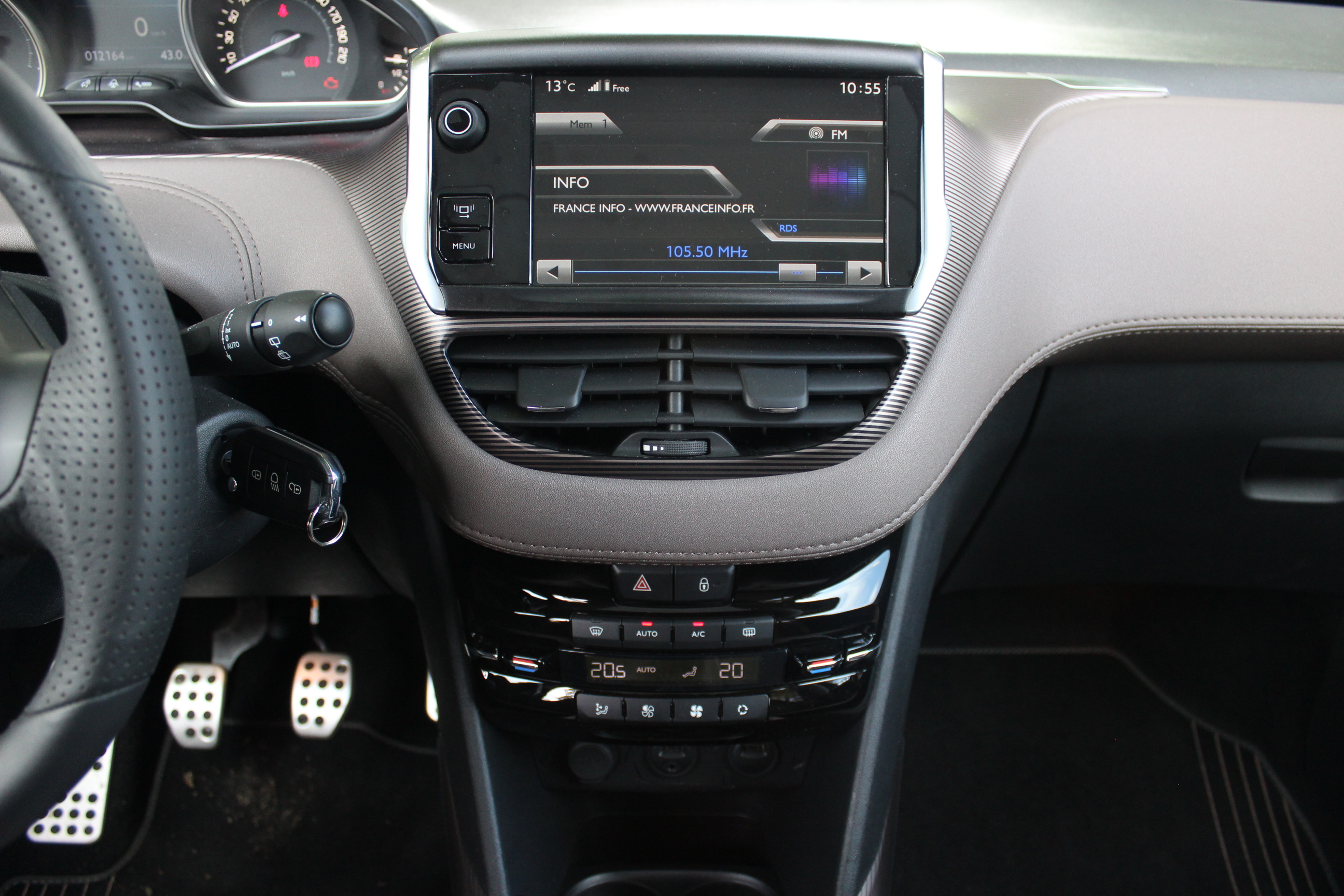 A l 39 int rieur de la peugeot 2008 for Photos interieur