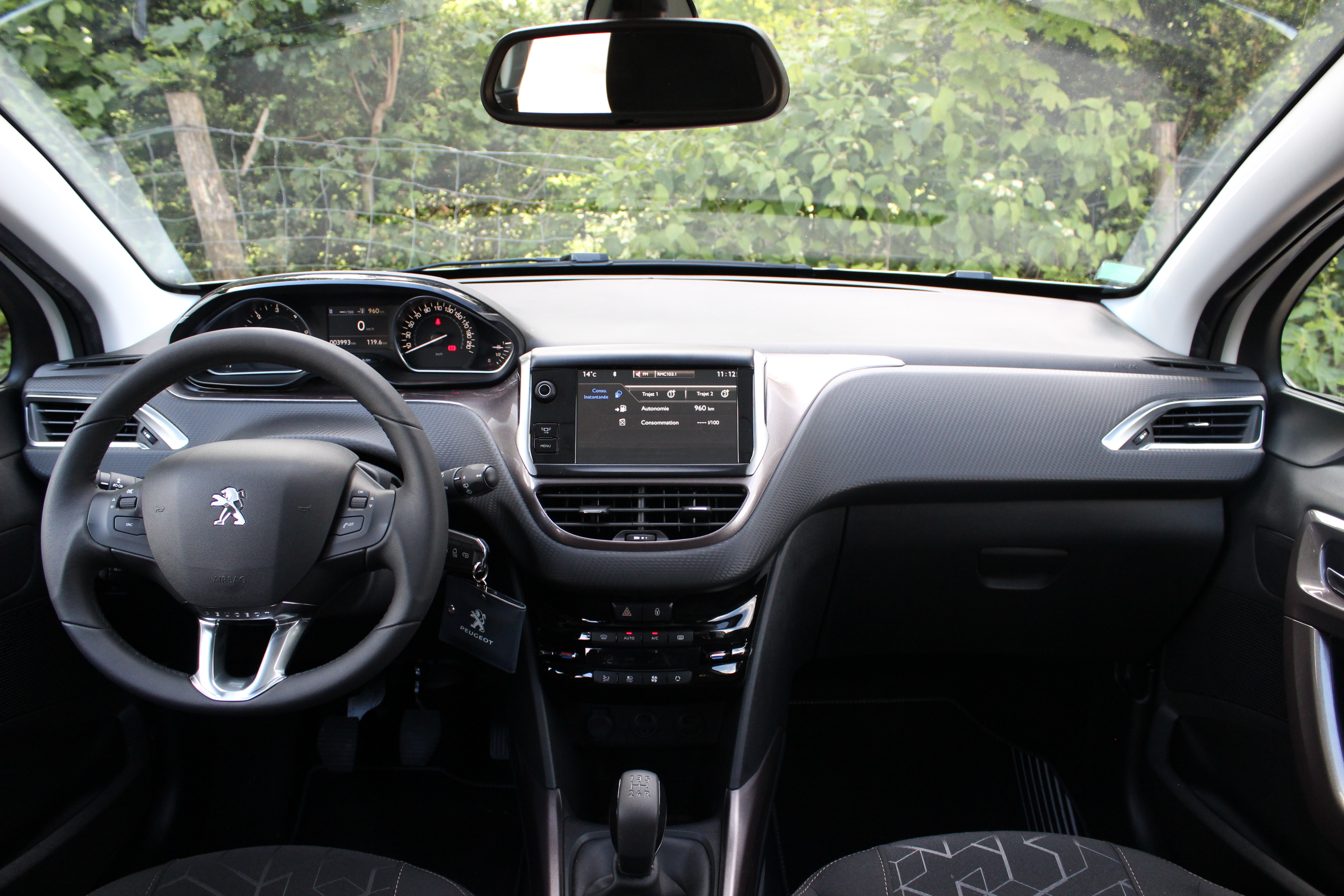 A l 39 int rieur de la peugeot 2008 for Golf 5 interieur 2008
