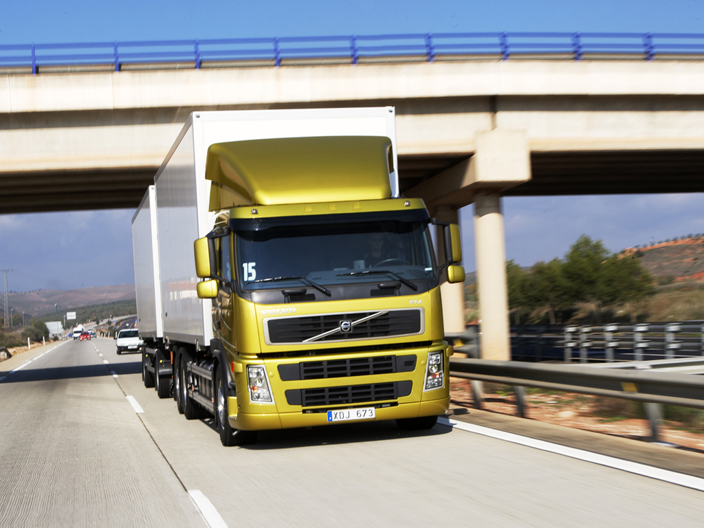 les poids lourds volvo trucks sont moins polluants. Black Bedroom Furniture Sets. Home Design Ideas