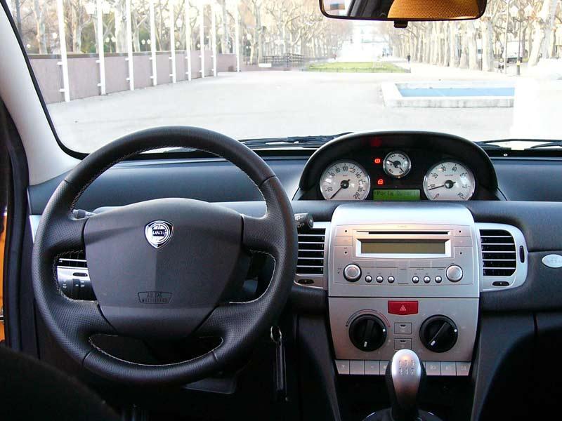 http://images.caradisiac.com/images/5/2/5/1/45251/S0-Lancia-Ypsilon-Momo-Design-un-accessoire-de-mode-sur-4-roues-166509.jpg