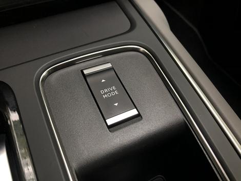Différents modes de conduite sont disponibles: hybride, électrique ou sport.
