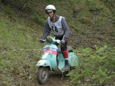 La photo du jour : Vespa trial, fais grimper marcel !