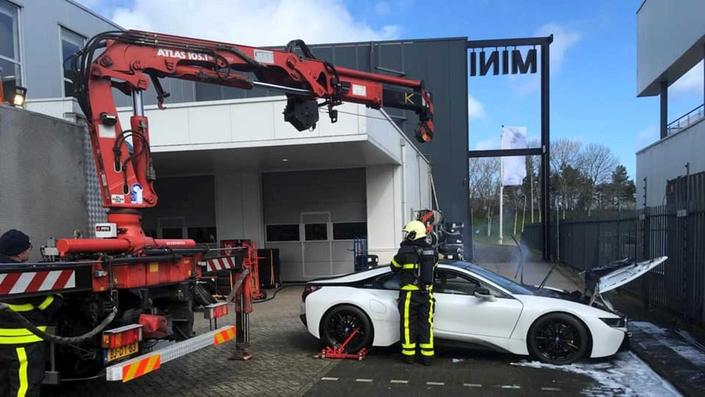Noyer une voiture électrique pour éteindre un feu, la méthode des pompiers hollandais