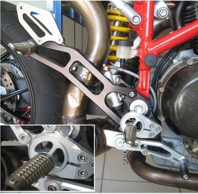 Commandes reculées Robby Moto pour Ducati Hypermotard.