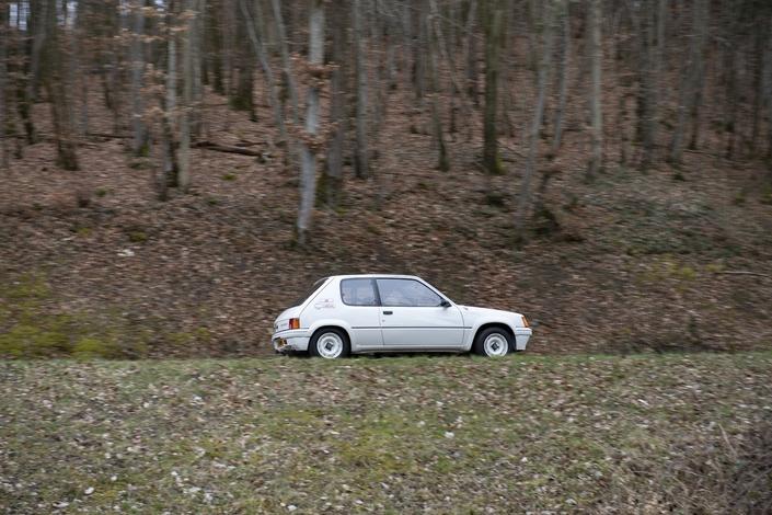 La 205 Rallye est prête à s'inscrire dans une spéciale de rallye.