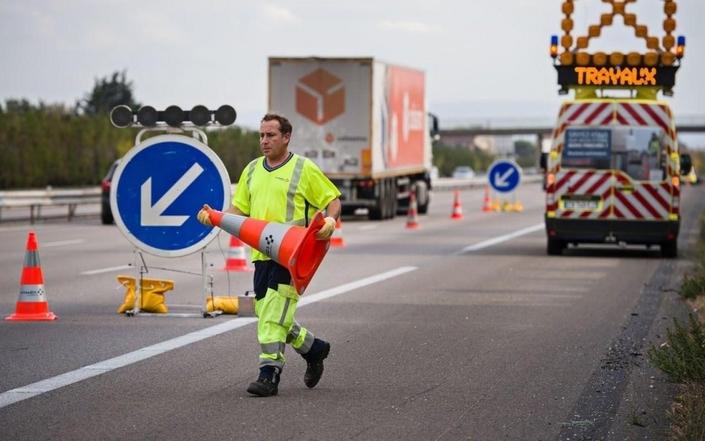 Inconscients du danger. Pitié pour les hommes en jaune ! Sur autoroute, dans les zones de travaux avec vitesse limitée à 110 km/h, il apparaît que près d'une voiture sur deux (48%) circule au-delà de cette allure (6). 5% d'entre nous circulent même à plus de 130 km/h…