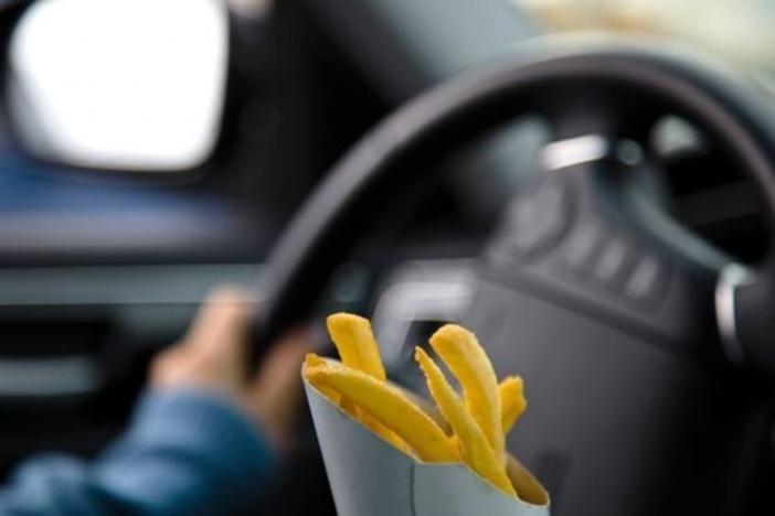 Affamés. 47% d'entre nous admettent qu'il leur arrive de conduire en buvant ou mangeant, ce qui est proscrit par le Code de la route. Un chiffre qui nous place dans la moyenne mondiale, toutefois loin derrière les Américains et Canadiens (74%). (8)
