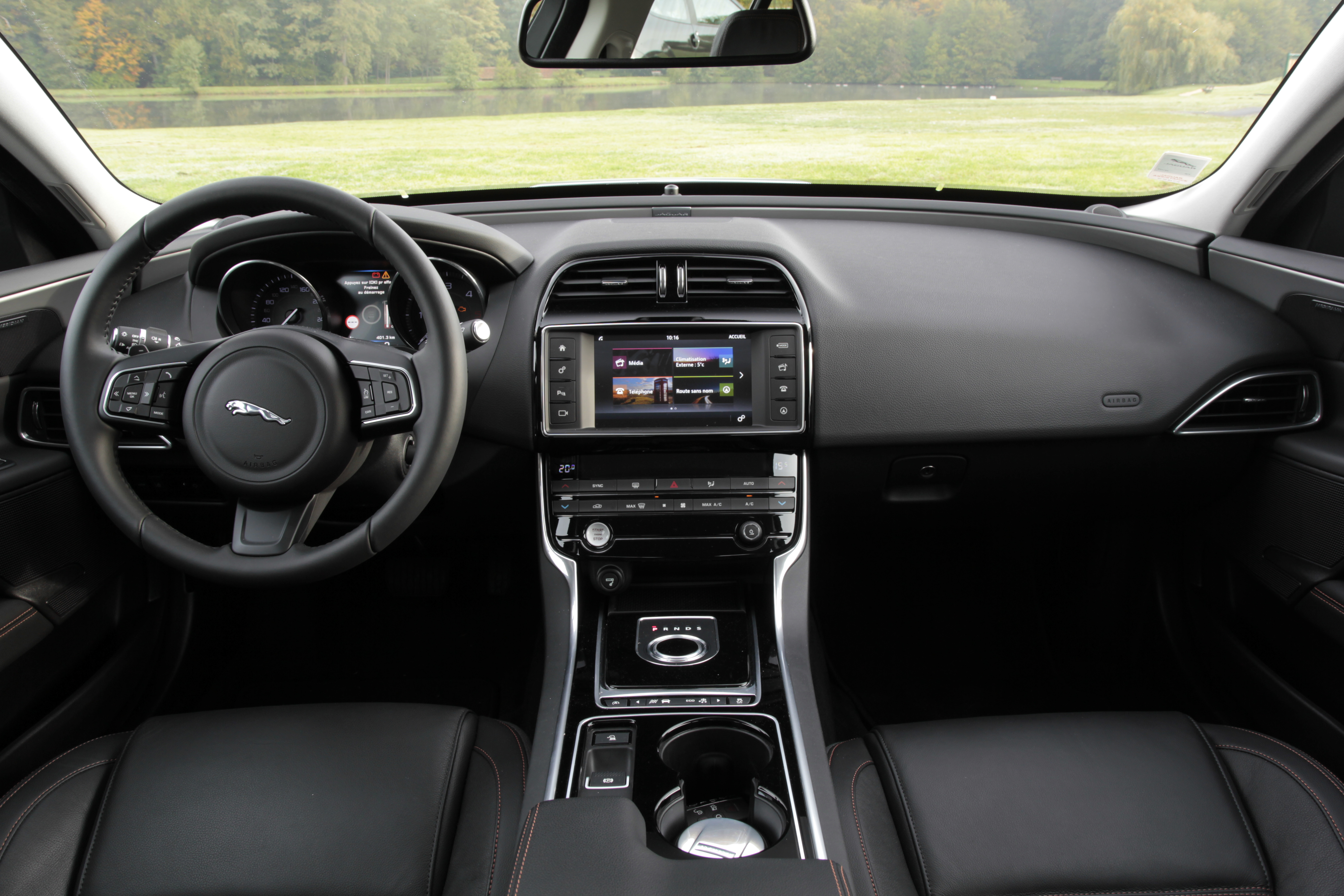 Comparatif vid o jaguar xe vs mercedes classe c for Interieur jaguar
