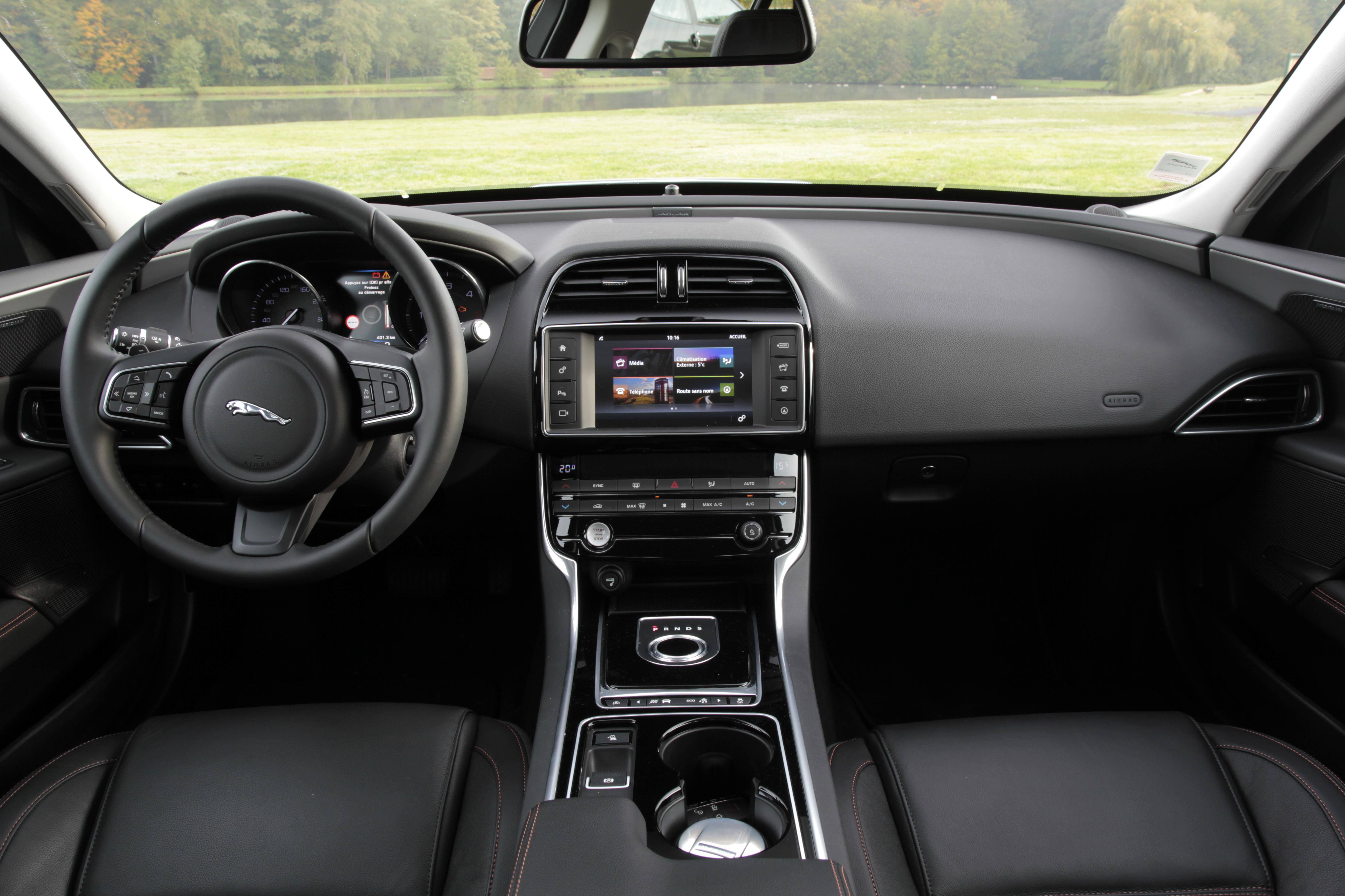 Comparatif vid o jaguar xe vs mercedes classe c for Interieur jaguar