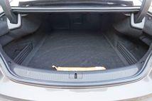 Le coffre est volumineux mais très profond et à l'ouverture limitée.