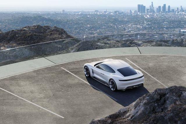 L'urbanisation croissante va pousser les constructeurs à développer de plus en plus de modèles «propres» (ici, le concept car électrique Porsche Mission E dévoilé en septembre au salon de Francfort).