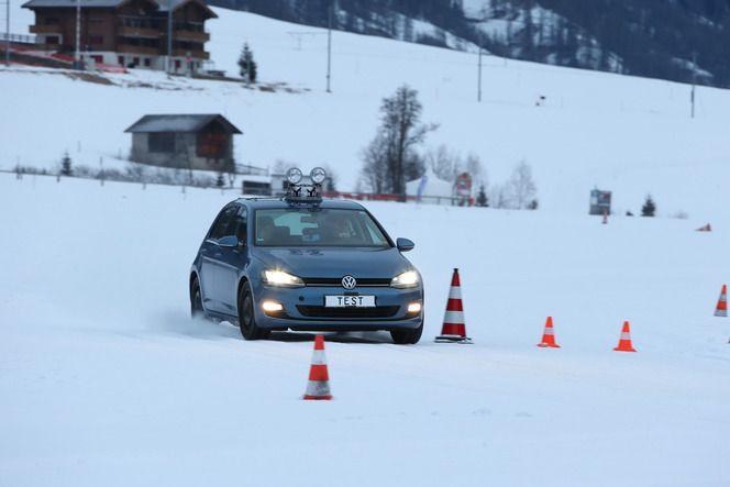Les pneus hiver font preuve d'une bien meilleure accroche sur la neige que leurs homologues «toute saison».