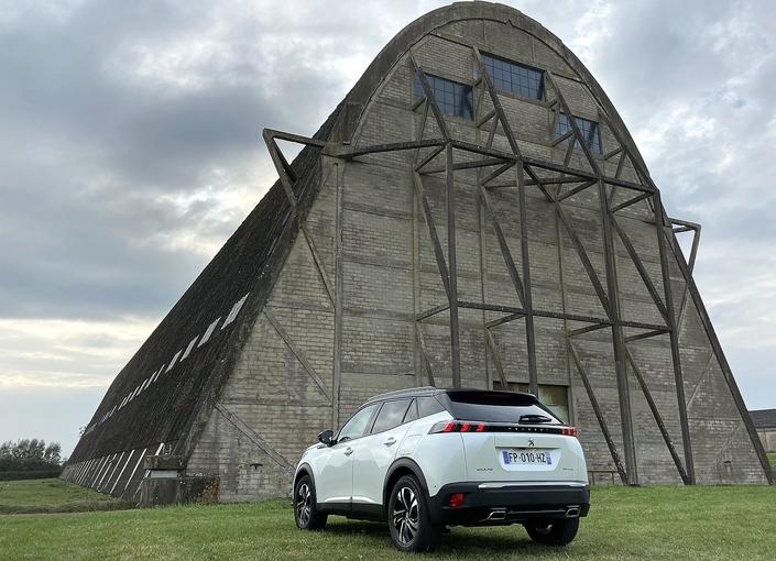 Le 2008 est garé ici devant le hangar des dirigeables à Ecausseville (Manche), où le premier salon automobile de Caradisiac a été organisé.