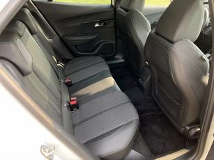 La ceinture de caisse haute et les sièges avant imposants contribuent à une impression d'affaissement.